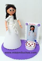 Carolina con su vestido de Primera Comunión y un marco tarta para su foto.