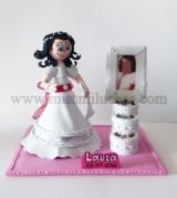 Laura con su vestido de Primera Comunión, y un marco para su foto con forma de tarta.