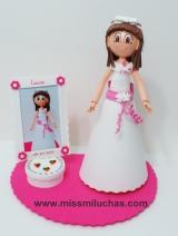 Lucía con su vestido de Primera Comunión y un marco tarta para su foto.