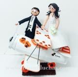 Eva y David quisieron aparecer montados en una avioneta en lo alto de su tarta de novios.