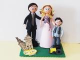 Esta figura representa una boda civil. Los novios son de La Coruña y Orense, y su peque es un apasionado de los tractores.